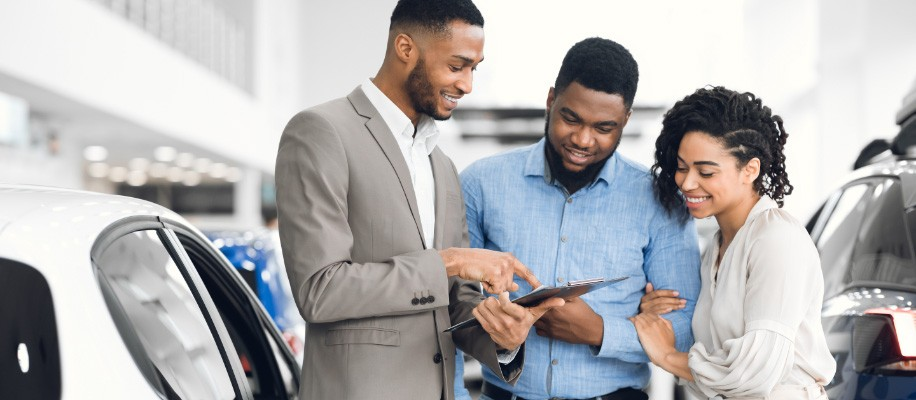 couple_looking_at_salesman_pointing_at_flier%402x.jpg